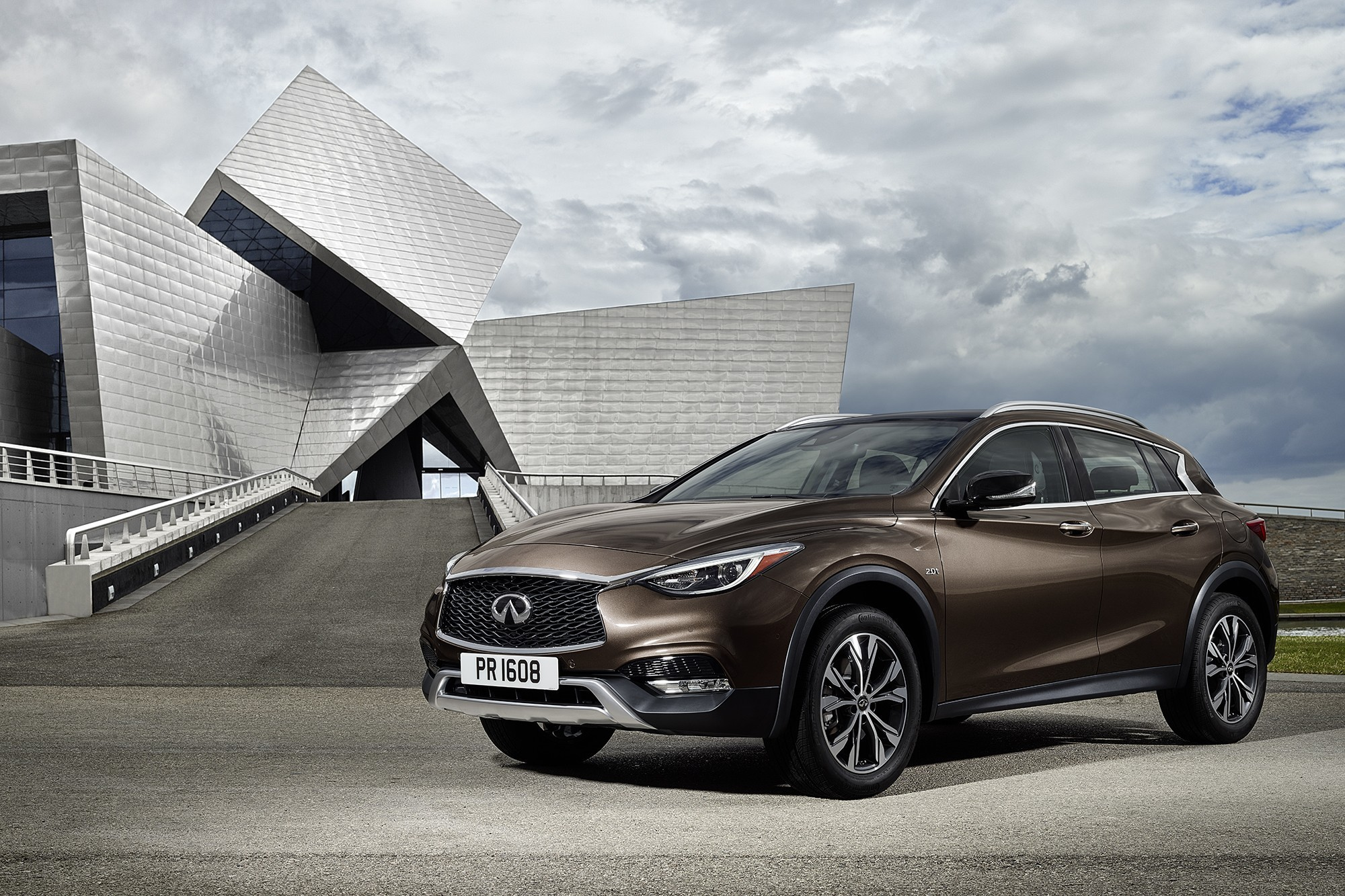 The infiniti qx30 premium active crossover is making its simultaneous global debut at the 2015 los angeles and guangzhou international motor shows